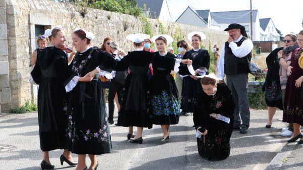 An dro, chanj tu, kas a-barh, les danseur et danseuses d'An Drouz Vor ont évolué sur les musiques de SOUBENN.