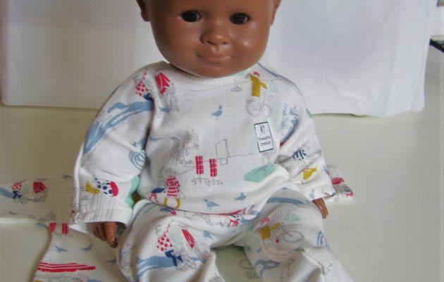 Un pyjama pour poupon de 30 cm