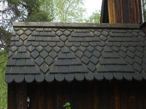 La vieille église en bois Hanka Kukko de 1689 coiffée d'un toit d'écailles en bois goudronnées.