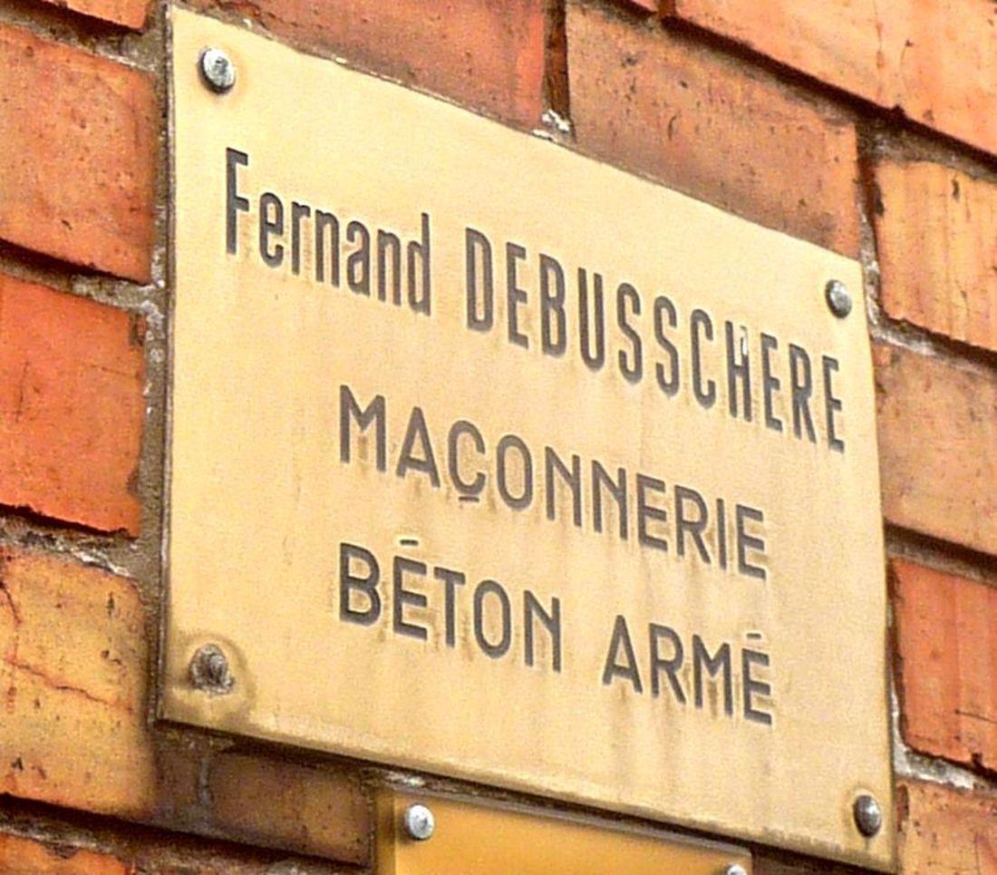 Plaque à l'entrée des Anciens Ets Debusschère (toujours visible en 2021).