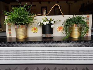 Bois de récup, boites de conserves, roses en plâtre fait main, une corde. Prix 12€