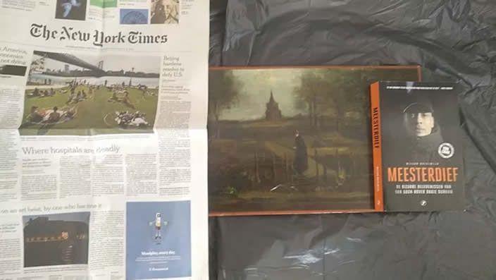 Photographie publiée par Arthur Brand le 18 juin 2020, prise à une date inconnue et dans un lieu non divulgué, montre la peinture de 1884 de Vincent van Gogh intitulée «Le Jardin du presbytère de Nuenen au printemps», volée au Singer Laren Museum près d'Amsterdam le 30 mars 2020. - / AFP
