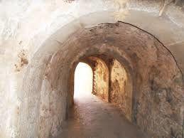 Spinalonga - le tunnel d'entrée et le village.