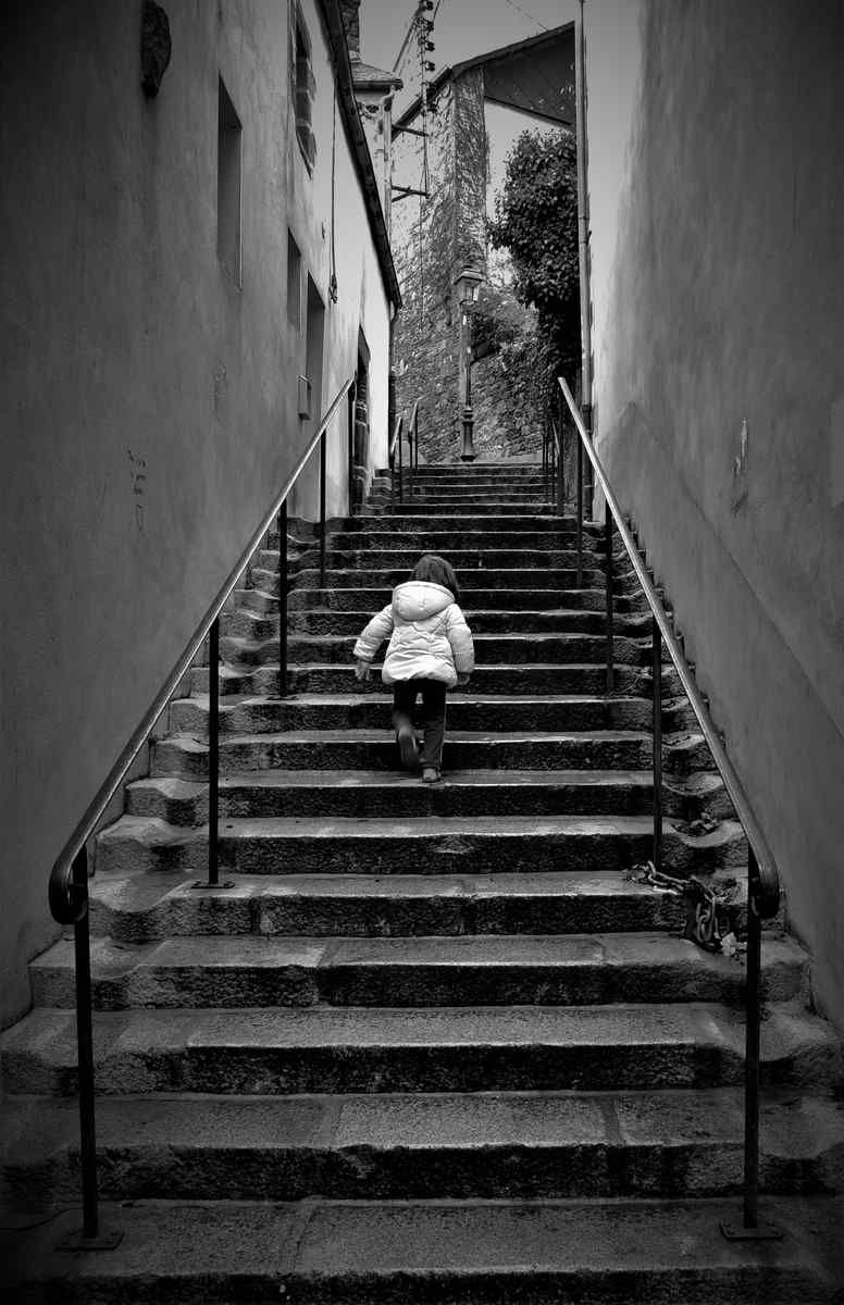 "Photo Gérard Pirou:     ""Dur, dur les ruelles de Morlaix..."""
