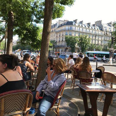 カフェで生ビールを Un demi en terrasse !