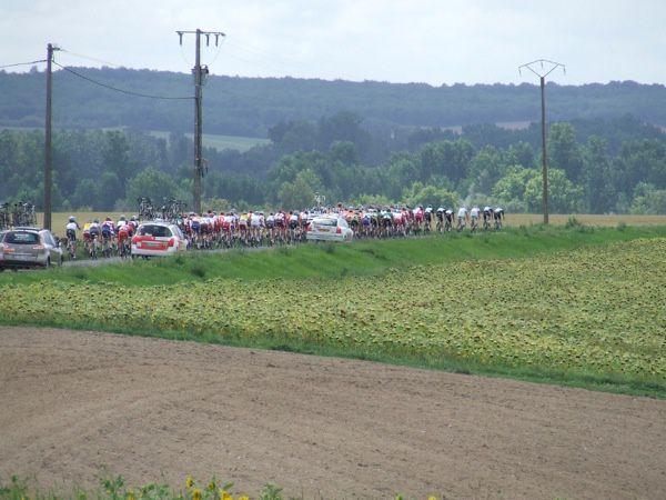 Première étape Surgères-Cognac. Les coureurs étaient à 14 h 45 entre Landes et Torxé et à 15 h 02 sur la route de Rochefort à un km de Saint-Jean-d'Angély en venant de Torxé