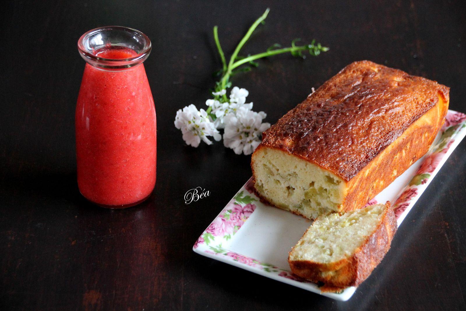 Cake à la semoule, rhubarbe, coco et coulis de fraises