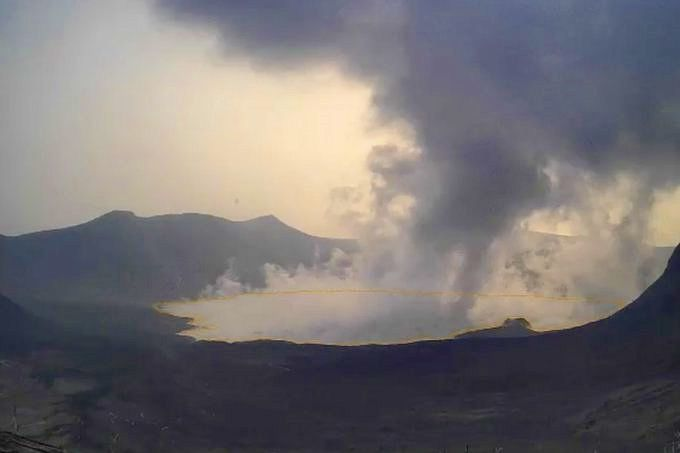 Taal - plume of gaz under the VOG this 08.21.2021 (contours of the lake of volcano island underlined) - photo Phivolcs