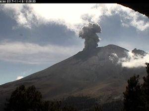 Popocatépetl - explosions du 19.11.2017 à 11h51 et 12h26 - webcam Cenapred - un clic pour agrandir