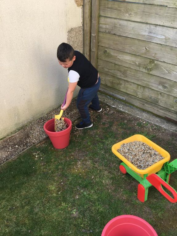 Et d'autres activités réalisables à la maison : jouer aux boules, faire du vélo, jardiner, fabriquer des bracelets, cuisiner, bricoler....