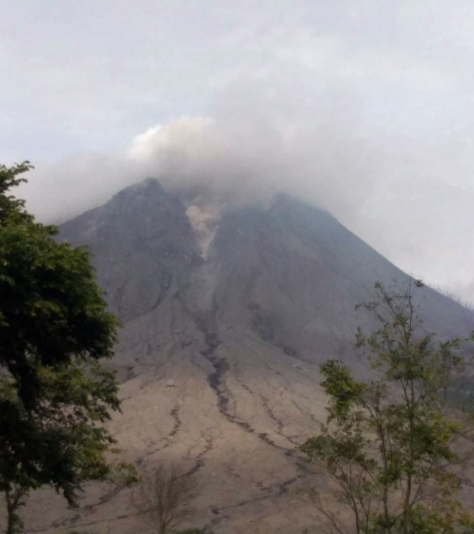 Sinabung - small pyroclastic flow following partial collapse of the dome on 08.10.2020 / 10:43 a.m. - photo Sadrah Peranginangin