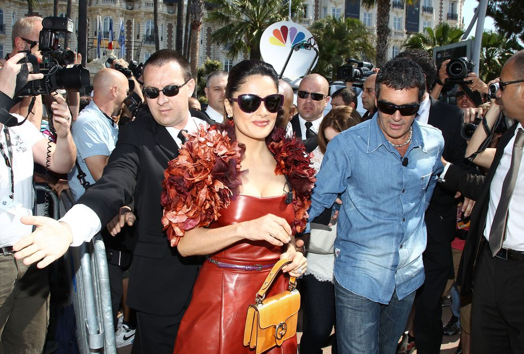 CANNES, FRANCE - MAY 11: Actor Antonio Banderas (L) and actress Salma Hayek attend the 'Puss in Boots' Photocall at Carlton Beach during the 64th Cannes Film Festival on May 11, 2011 in Cannes, France.