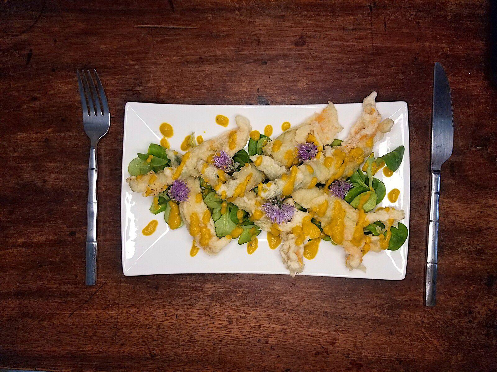 Tempura de fleurs de courgettes, vinaigrette carottes et gingembre