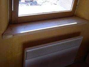 AVANT: appui de fenêtre intérieur      APRES: Appui de fenêtre habillé de bois verni