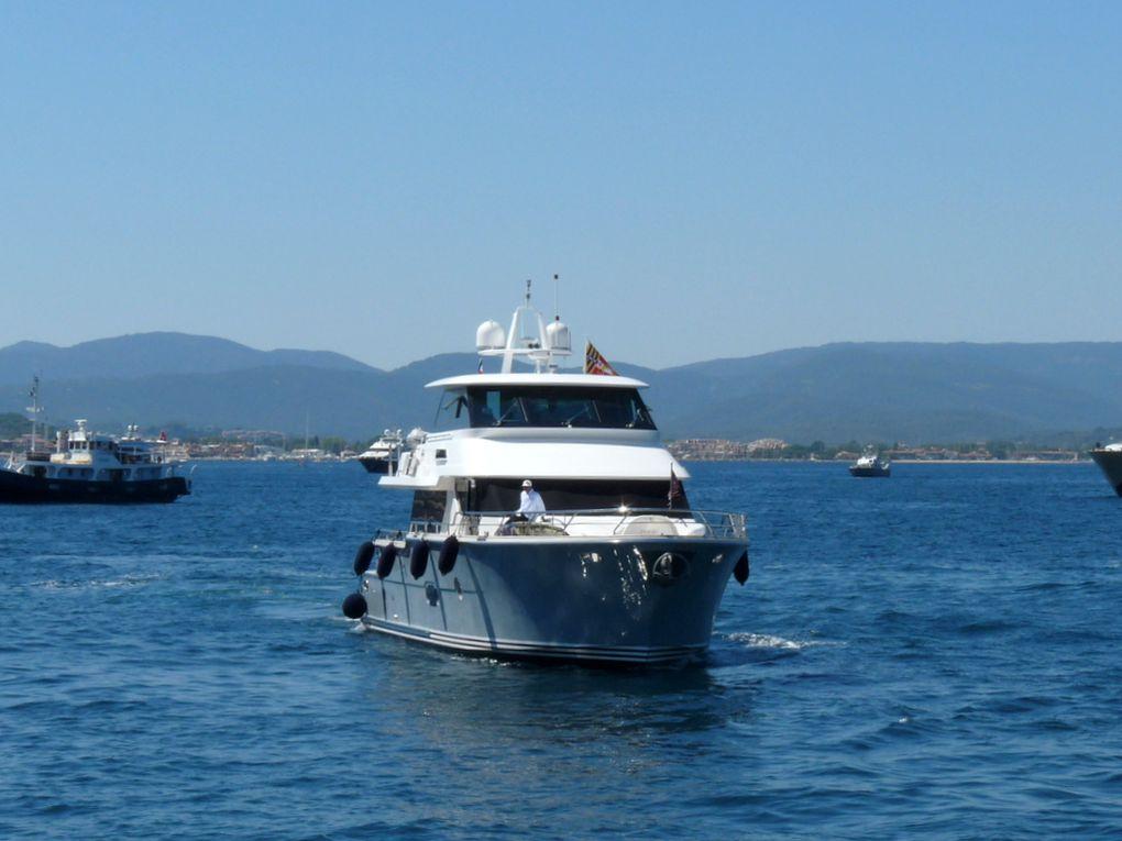 SERENITY , arrivant et entrant dans le port de Saint Tropez , puis à quai le 25 juillet 2016
