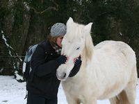 Monter en cordelette, apprendre à se coucher, partir se balader seule... Une bonne relation avec son cheval rend toutes ces choses et bien d'autres encore simples et possibles.