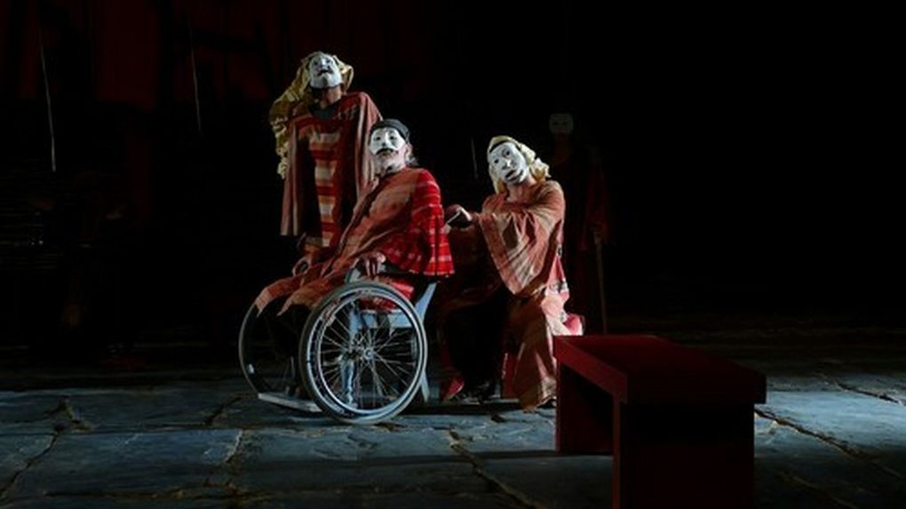 This play was directed by Oriol Broggi in National Theatre of Barcelona. Set, mask and costumes by Jean-Guy Lecat. The stage is about 50m wide and the proscenium Arch 18m. The main question to imagine a set in this theatre, was for me to create a