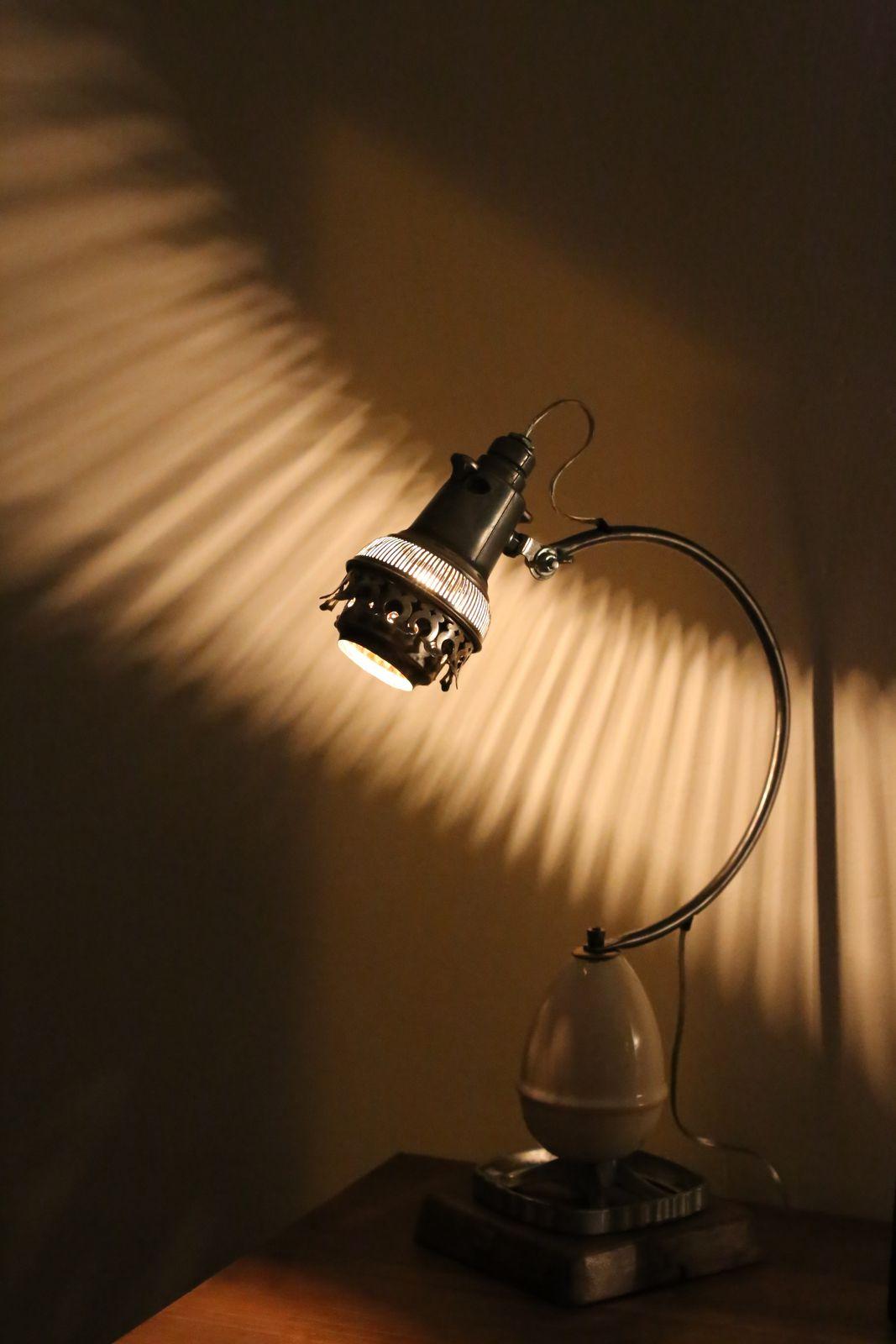 Luminaire récup' unique créé avec un contre poids en porcelaine et une bobèche de lampe à pétrole