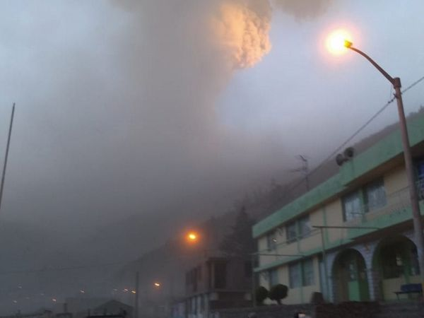 Ubinas 19.07.2019 - these ash emissions require to take precautions for human and animal health - photos IGPeru - one click to enlarge