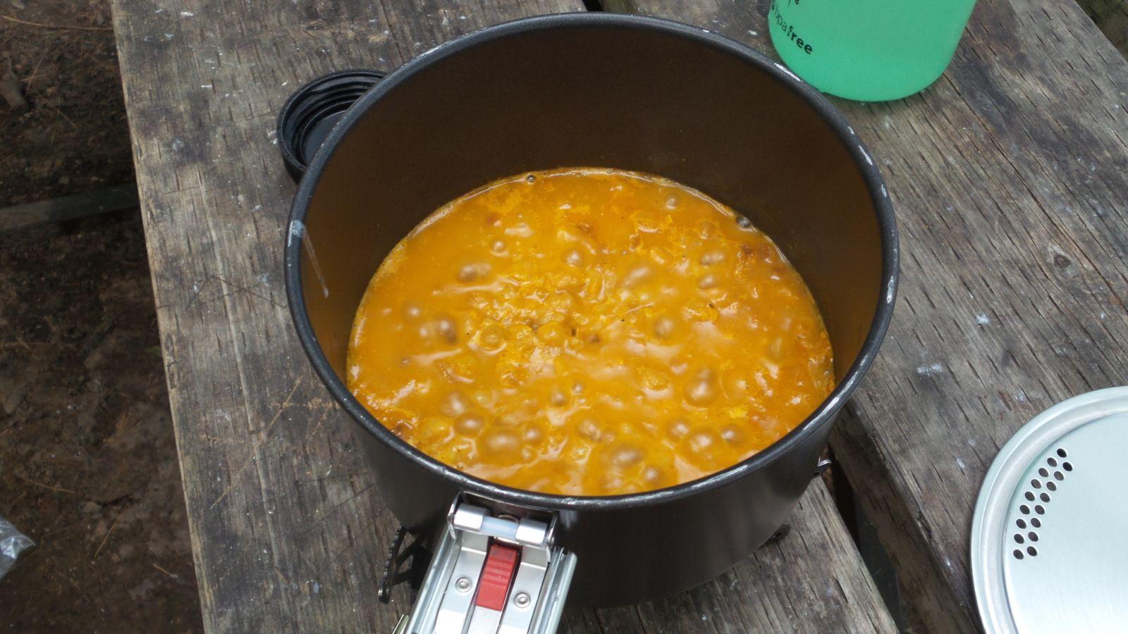 Je réhydrate mon riz et pois chiches (chana masala) pour le souper et Diane mange encore des pâtes
