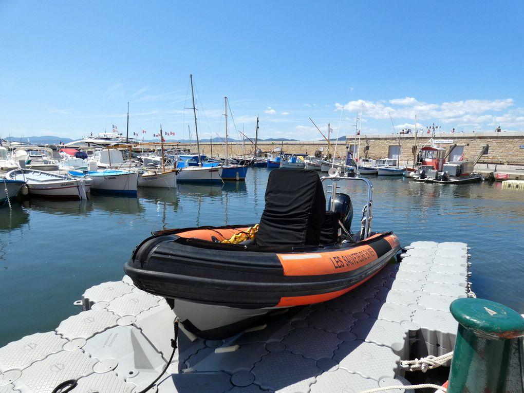SNS 663 , zodiac d'intervention de la SNSM  a quai  dans le port de Saint Tropez le 16 juillet 2019