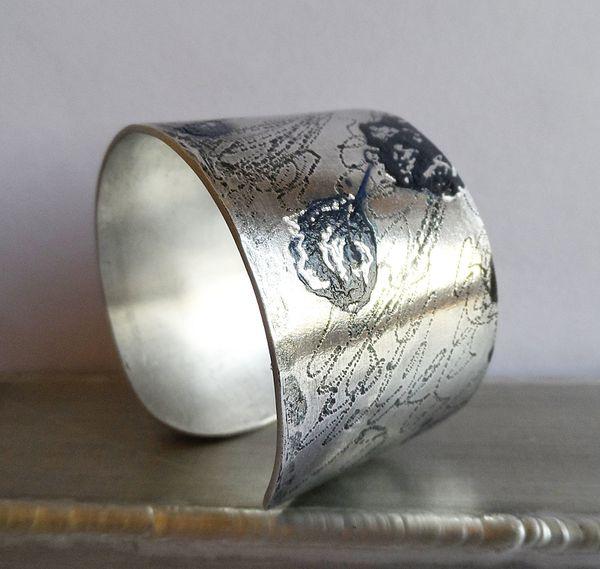 Alliage des métaux et de la peinture abstraite