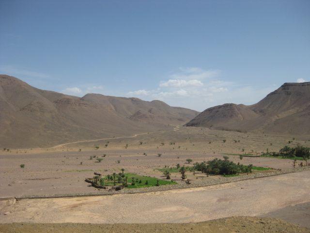 Etape de liaison entre Tata et Agd. Cette belle route, qu'empruntaient les caravanes,  serpente à travers les paysages grandioses  du désert, tantôt de pierres, tantôt de sable, route sinueuse et parfois étroite  nous permet au passage  de découvrir la mine de cobalt en exploitation de Bou-Azzer .