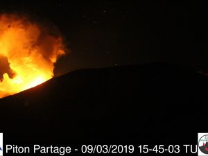 Piton de La Fournaise - the activity is visible on the 4 webcams of the OVPF between 15:45 and 15:49 UTC - one click to enlarge