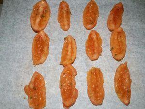 1 - Mettre votre mozzarella à égoutter (la veille si possible). Inciser en croix le haut des tomates Roma. Les plonger 30 sec.dans une casserole d'eau portée à ébullition, les sortir et les plonger immédiatement dans un bol d'eau froide. Détacher la peau, les découper en 4 dans le sens de la longueur et les épépiner. Les mettre à mariner pendant 30 mn dans un récipient avec un peu d'huile d'olive, l'ail émincé, le thym émietté, 1 pincée de sucre et assaisonner de sel et poivre. Les déposer ensuite sur une feuille de papier sulfurisé et placer au four th 3/4 (100°) pour environ 1h à 1h30.