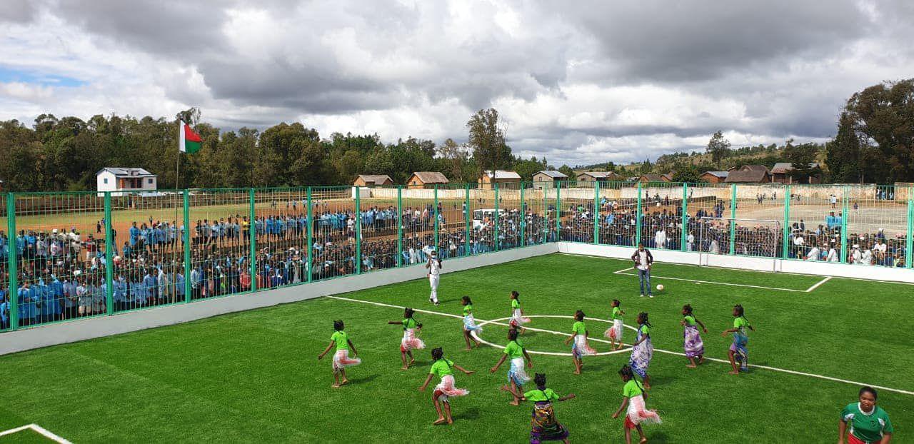 Un autre moment du match de football joué à l'occasion de l'inauguration du terrain de football à Antolojanahary, la première ville d'Akamasoa.