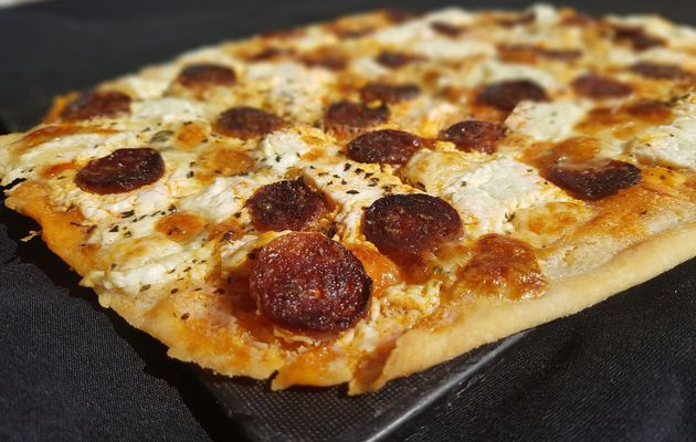 Pizza fromage et chorizo