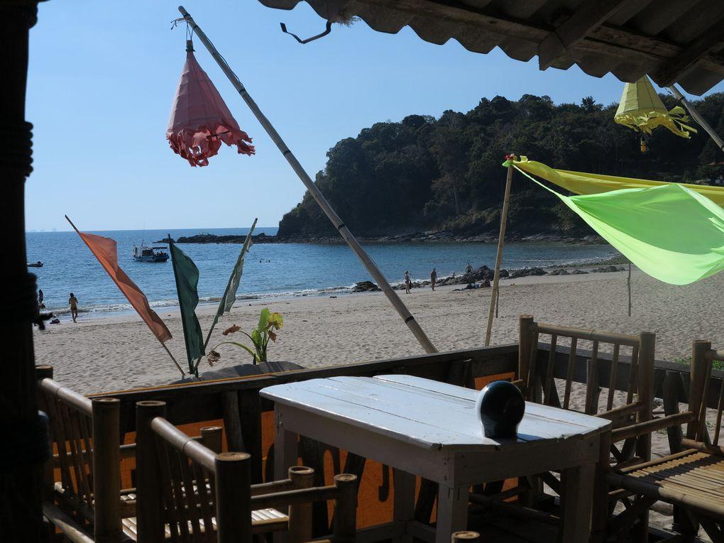 Ko Lanta et son tourisme balnéaire sur la côte ouest, avec ses immenses plages de sable. On y trouve tout: french bakery, swedish restaurant, bars afro-latinos, real german restaurant, irish bar. Néanmoins, la côte est reste à découvrir, beaucoup moins fréquentée.