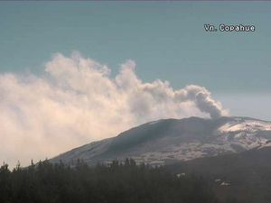 "Copahue - left, ash emission on 20/11/2015 - right, ""fumarole"" on 10/11/2015 - Doc. SERNAGEOMIN webcam - a click to enlarge"