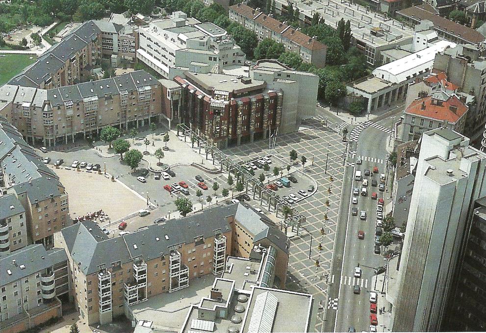 Quartier Hoche avec au 1er plan la tour de la poste et le bâtiment de la chambre de commerce et d'industrie sosu forme de triangle rectangle