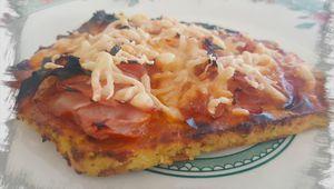 Pizza coliflor con jamón y queso