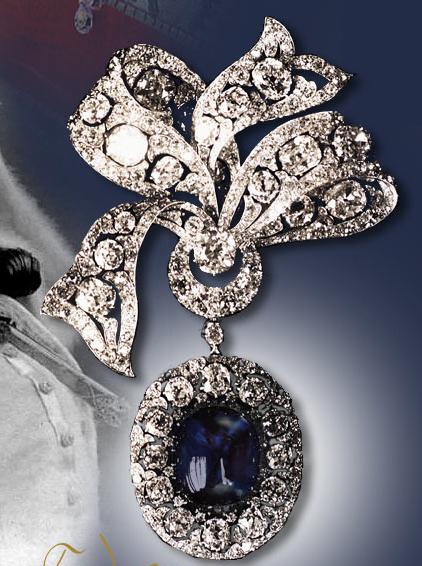 Cadeau d'Alexandre III à sa future belle-fille : un saphir de 75 cts, entouré de 10 carats de diamants. La broche fut vendue en 1927 à Londres.