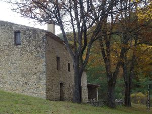 """Une jolie maison du village au lieu-dit """"Clairet"""", bordée par son petit ruisseau"""
