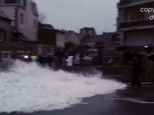 Vidéo Grandes Marées - une journaliste de BFM TV boit la tasse en direct au JT