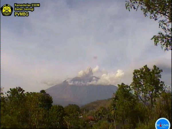 Agung - 03.07.2018, respectively at 04h19, 09h32 and 09h48 - webbcams PVMBG