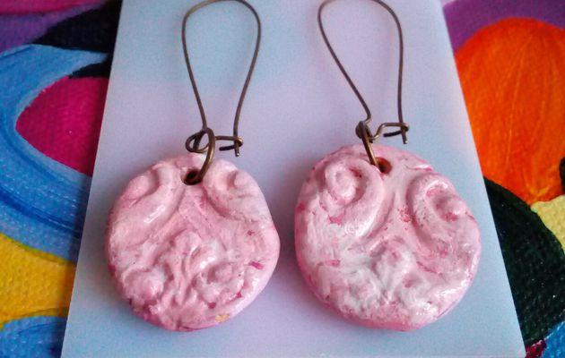 Fait mains en france,par artiste peintre,boucles oreille en ceramique rose patine de blanc avec fermoirs crochets longs,pour oreilles percees,cadeau fete anniversaire noel,bobo boho gothique art nouveau baroque