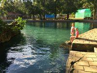 A droite la piscine municipale! et à gauche un homologue philippin de Walter
