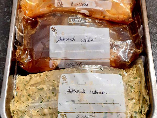 Émincés de poulet en marinade.