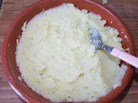 2 - Tailler les olives, l'ail, l'échalote, les herbes. Réserver. Egoutter les pommes de terre, les arroser d'un bon filet d'huile d'olive et les écraser légèrement au presse-purée. Assaisonner avec sel et poivre. Réserver au chaud.