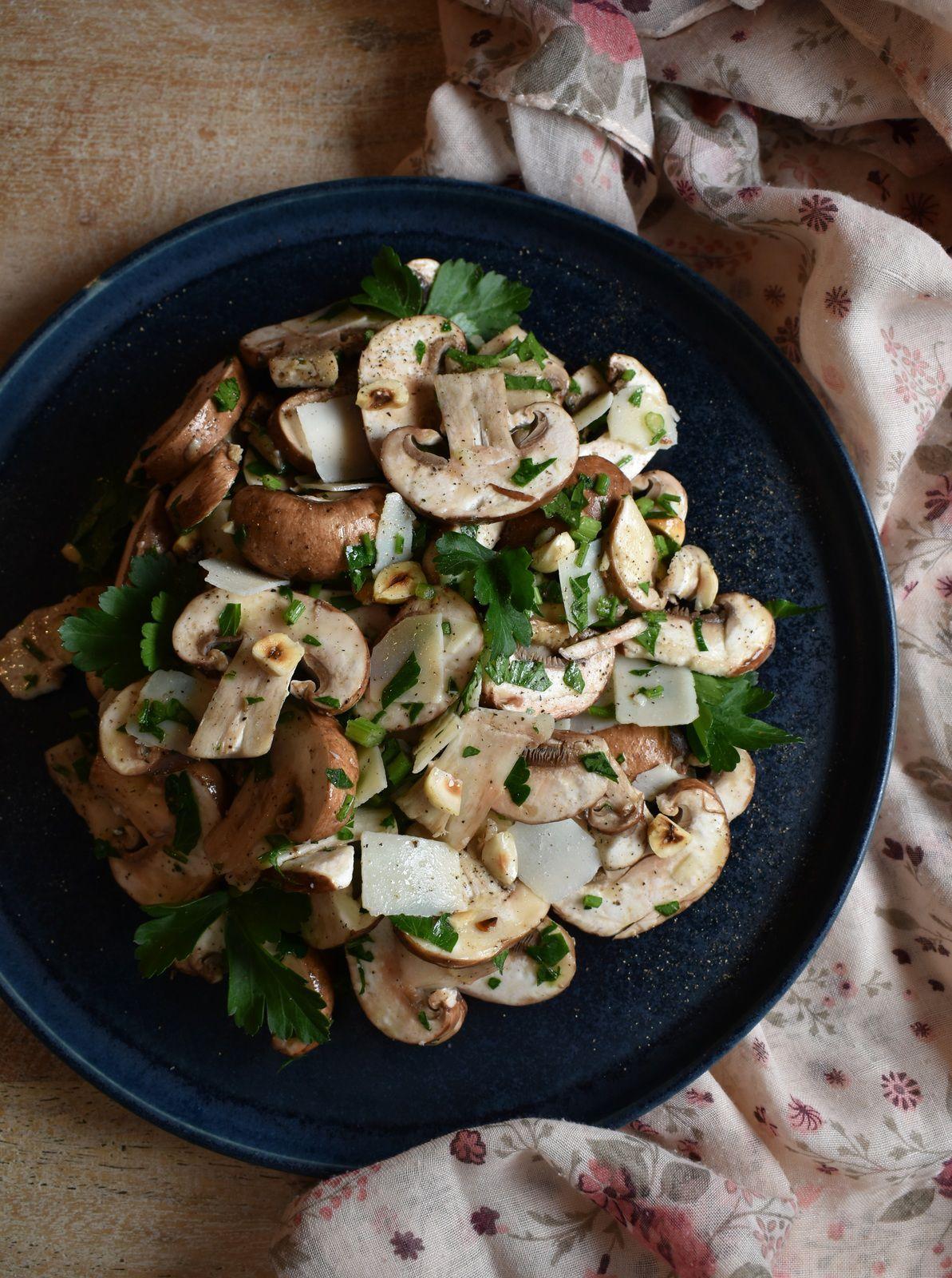 Carpaccio de champignons, noisettes et parmesan