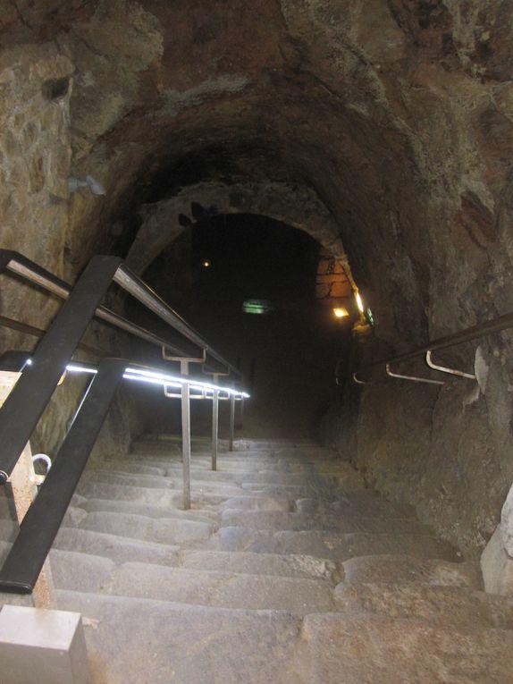 nous voici sous les Jardins de l'évéché et la cathédrale ; ces labyrinthes ont servi au fil de l'histoire de lieu de stockage, de refuge, de prison, ...
