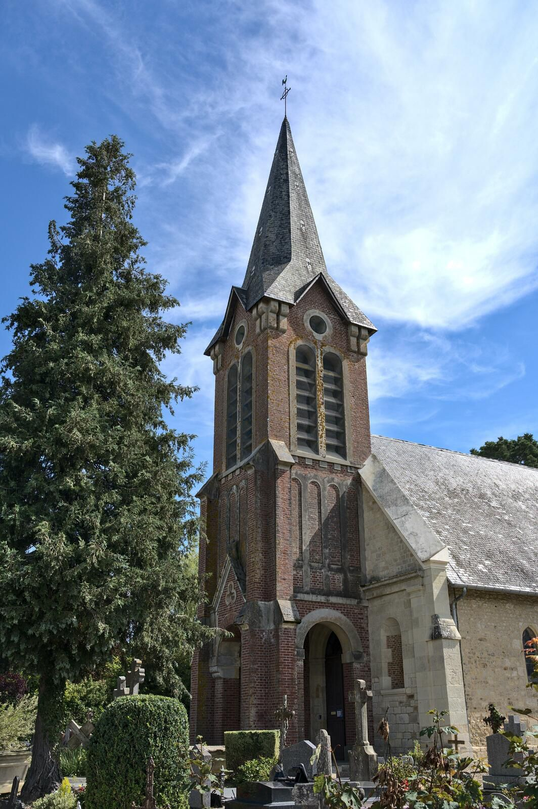Eglise Saint Martin et monument aux morts  de Beuvron en Auge