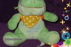 Doudou grenouille verte Fizzy, avec son sac à dos orange, www.doudoupeluche.fr