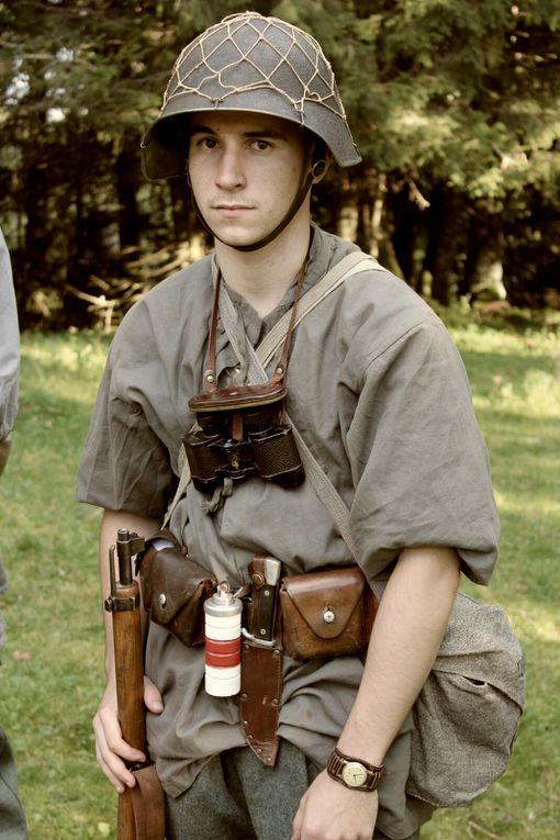 """Chef de Patrouille portant les épaulettes à """"tête de mort"""" et un jeune patrouilleur"""