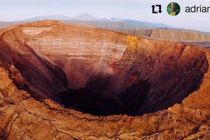 Le Cratère Dolomieu  Si vous voulez une échelle de la taille le cratère est plus profond que la tour eiffel , la longeur du cratère est de 1km !!  Ps: au fond on apercois le piton des Neiges, point le plus haut de l'océan Indien !
