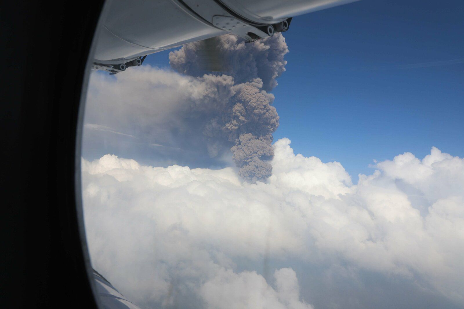 Nyiragongo - overflight by Monusco - ash plume emitted during the crater collapse on May 25, 2021
